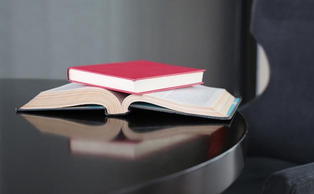 Hardcoverboekplaats op open boek op houten lijst.