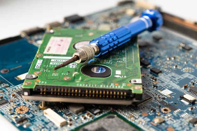 Harde schijf herstellen met een soldeerbout