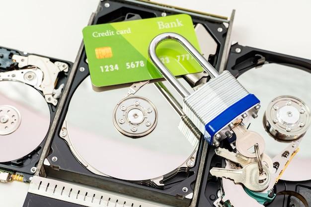 Harde schijf met creditcard en slot. ransomware virus, gegevensbeschermingsconcept