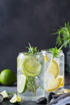 Harde seltzercocktails met limoen en citroen op een tafel. zomer verfrissend drankje, drankje