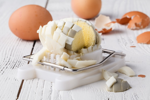 Hardgekookt ei gesneden op eiersnijder
