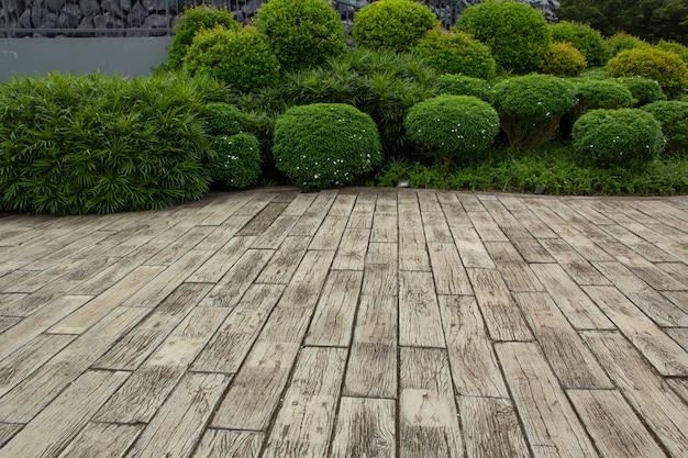 Hardhouten vloeren en planten in de tuin