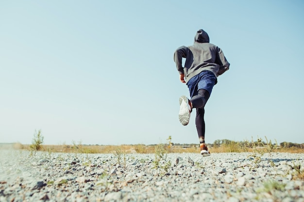 Hardlopen. mensenagent sprinten openlucht in toneelaard. fit gespierde mannelijke atleet training trail lopen voor marathon lopen. sportieve fit atletische man uit te werken in compressiekleding in sprint