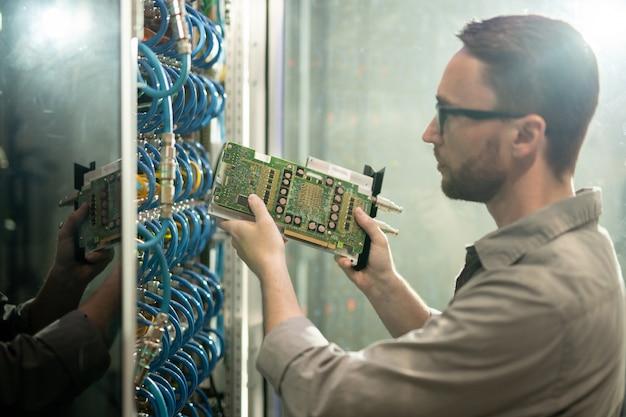 Hardware in rack installeren