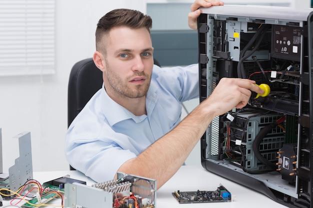 Hardwareprofessional die cpu met stethoscoop onderzoeken