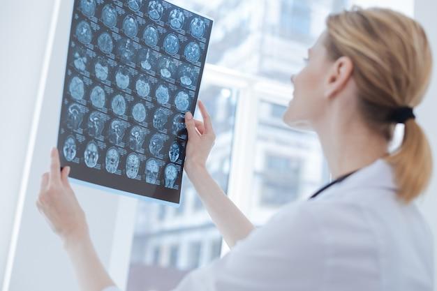 Hardwerkend betrof een bekwame radioloog die in de kliniek werkte terwijl hij de röntgenfoto bestudeerde en het traumatype analyseerde