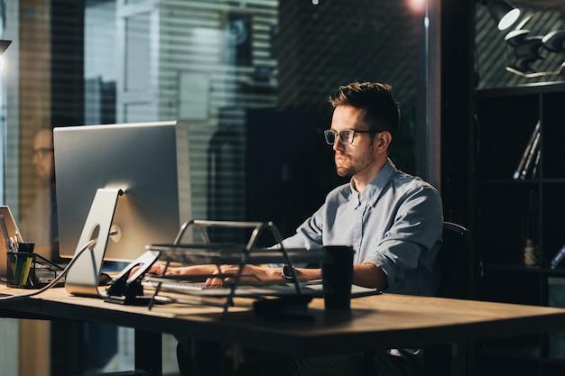 Hardwerkende man alleen in office