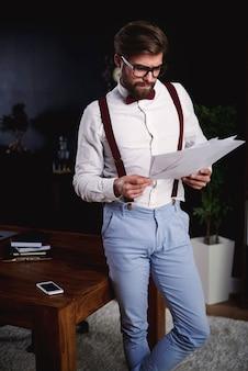 Hardwerkende man in kantoor aan huis