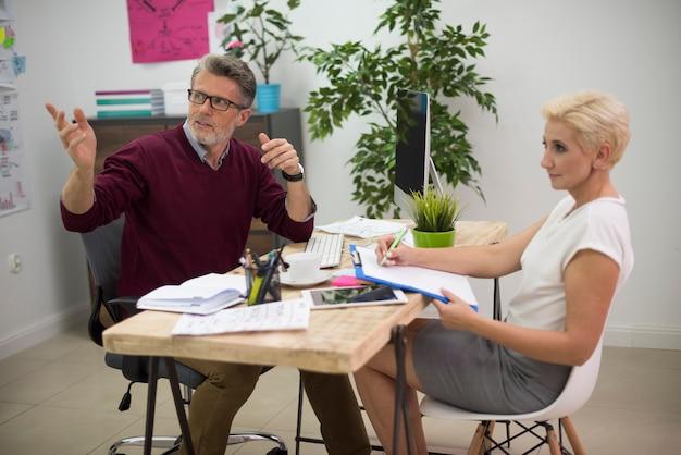 Hardwerkende partners die op kantoor werken