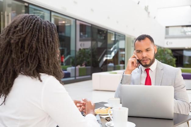 Hardwerkende professional die op mobiel spreekt