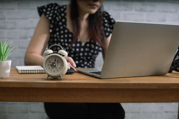 Hardwerkende vrouw is altijd op tijd op het werk