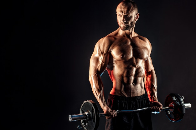 Hardy man doet oefening met zware balk