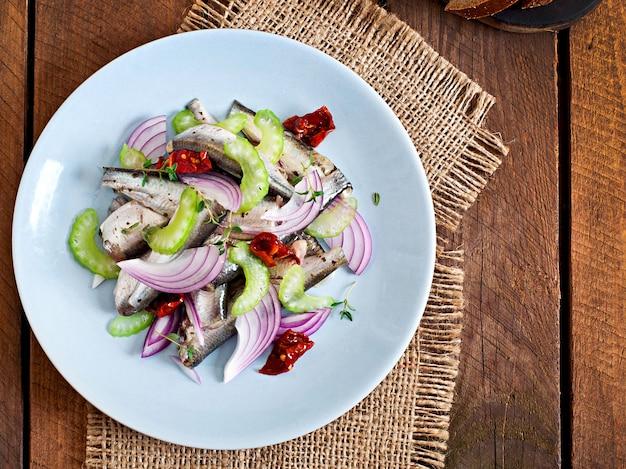 Haringsalade met zongedroogde tomaten, selderij en rode ui