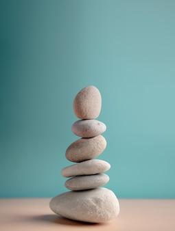 Harmonie kalm geest leven ontspannen en leven door de natuur concept hoge natuursteen stapel
