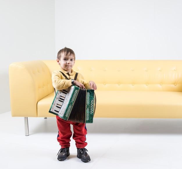Harmonie spelen door een kleine jongen