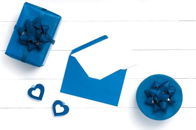 Hart, cadeau, envelop op witte houten oppervlak.
