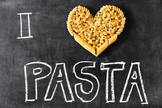 Hart gemaakt met ander soort pasta en tekst op blackboard