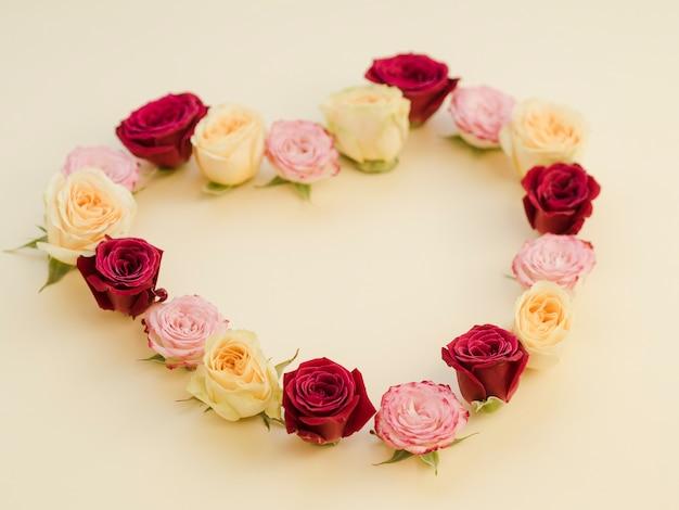 Hart gemaakt met kleurrijke rozen