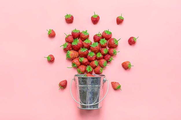 Hart gemaakt van luxe, natuurlijke sappige aardbei op trend roze achtergrond