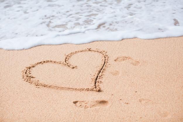 Hart geschilderd in het zand op een tropisch strand