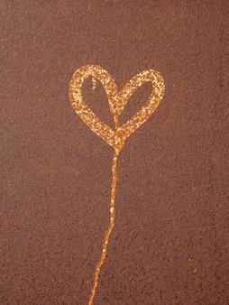 Hart geschilderd op roestig oppervlak. corrosie van metalen textuur close-up. zwaar gecorrodeerde metalen plaat.