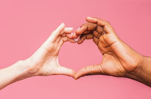 Hart gevormd door handen kaukasisch en afrikaans amerikaans