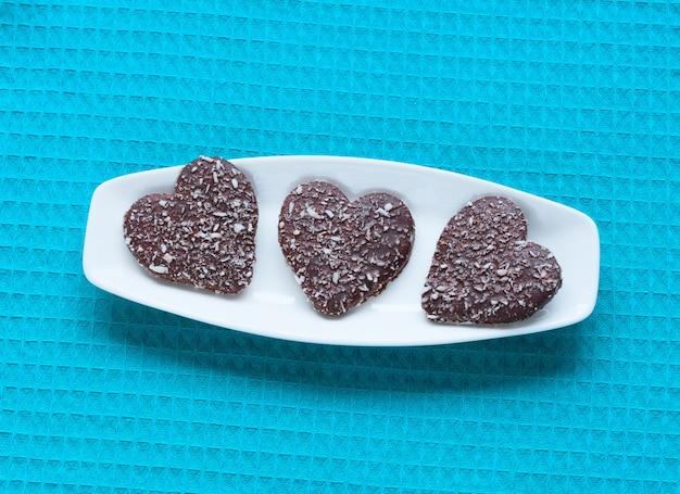 Hart gevormde valentijnskaartkoekjes op plaat