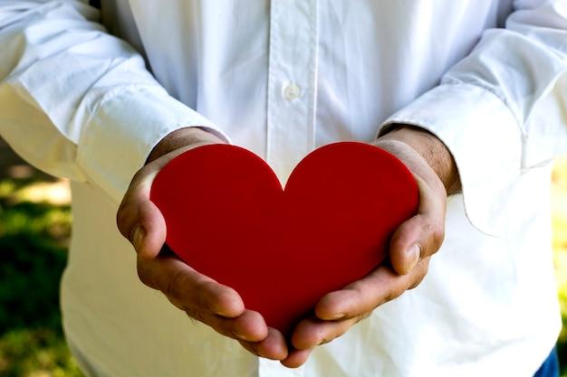Hart in de handen van de mens