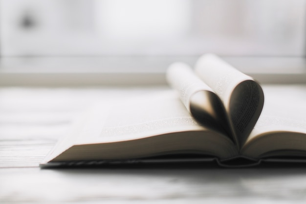 Hart in geopend boek