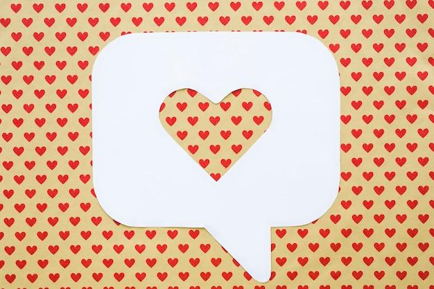 Hart in het pictogram van de bellentoespraak op lijst met rood hartpatroon