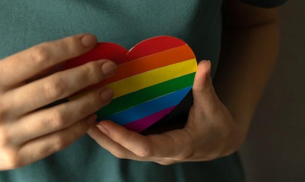 Hart in lgbt-regenboogkleuren in handen. trots maand en tolerantie achtergrondfoto