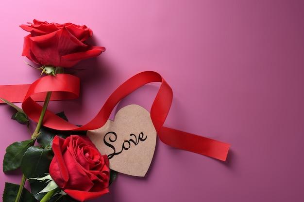 Hart karton met rode rozen