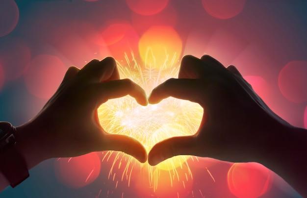 Hart met handen, vorm van liefdehart, valentine en liefdeconcept.