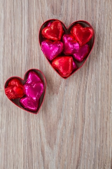Hart met snoepjes op houten tafel