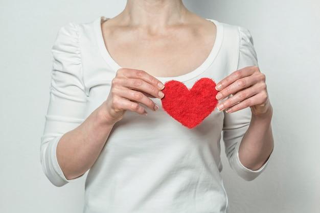 Hart op de achtergrond van de borst. liefde.
