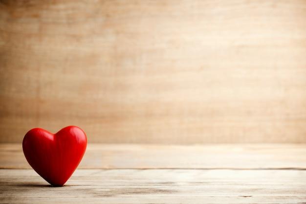 Hart op een houten bord. valentijnsdag wenskaart.