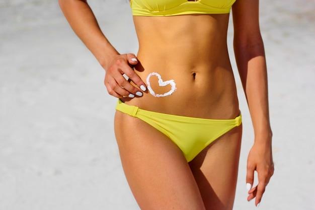 Hart op een vrouwelijk lichaam, close-up