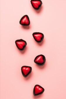Hart rode snoepjes, liefdesbrief en cadeau op blauw. valentijnsdag romantische uitnodiging.