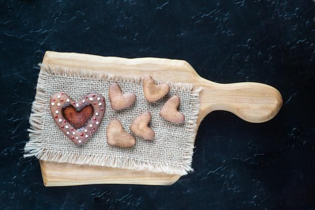 Hart shapep koekjes op snijplank
