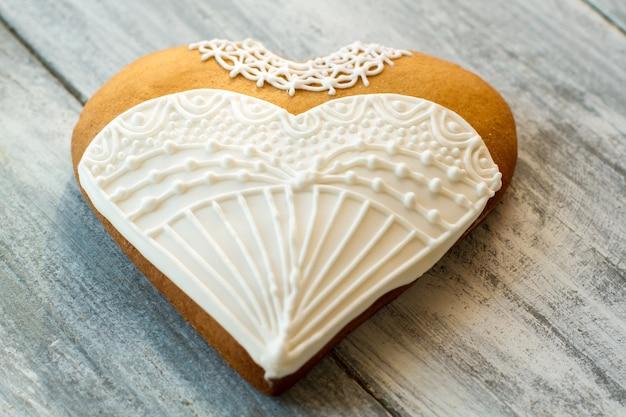 Hart trouwjurk koekje. bruin koekje versierd met glazuur. geluk van de bruid. vier je liefde.