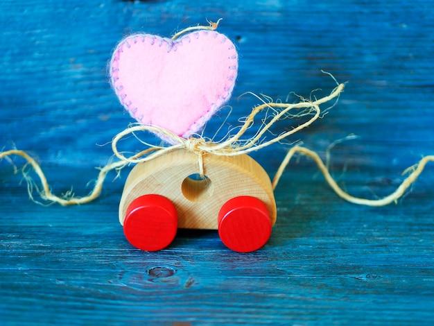 Hart wordt geleverd door een speelgoedauto, concept van felicitaties op valentijn