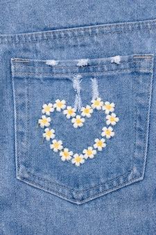 Hartborduurwerk op achterzak van jeans