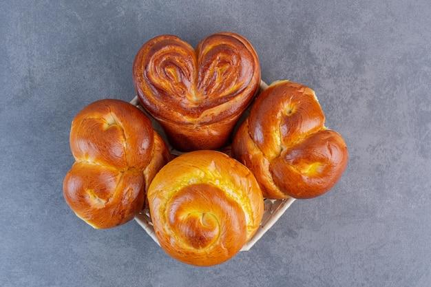 Hartbroodjes opgestapeld op een klein mandje op marmeren achtergrond. hoge kwaliteit foto