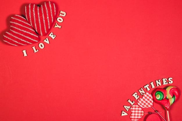 Harten en geschriften op rode achtergrond
