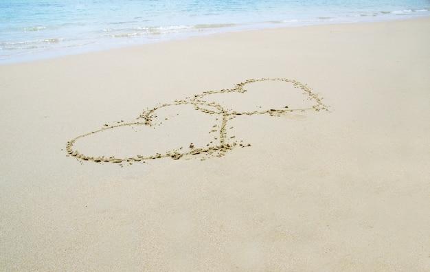 Harten in het zand getekend