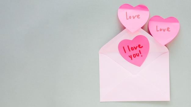 Harten met ik hou van je inschrijving in de envelop