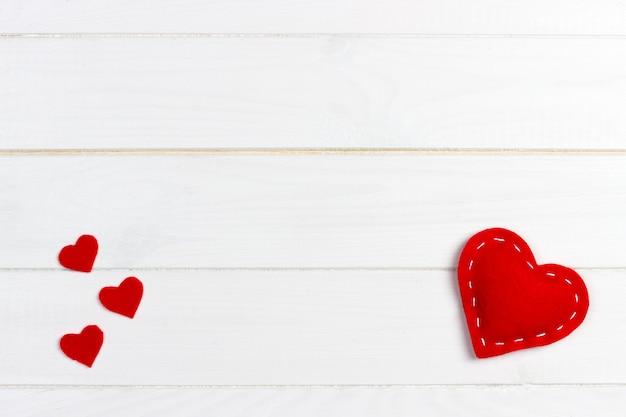 Harten op witte houten achtergrond. valentijnsdag achtergrond