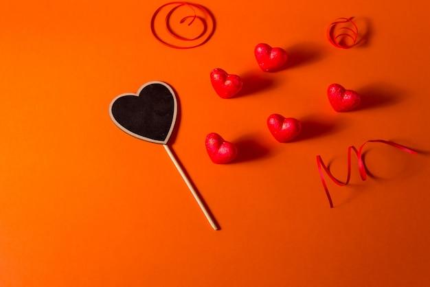 Harten van de de dag de romantische abstracte satijn van valentine en lintachtergrond. rode oranje achtergrond met harten
