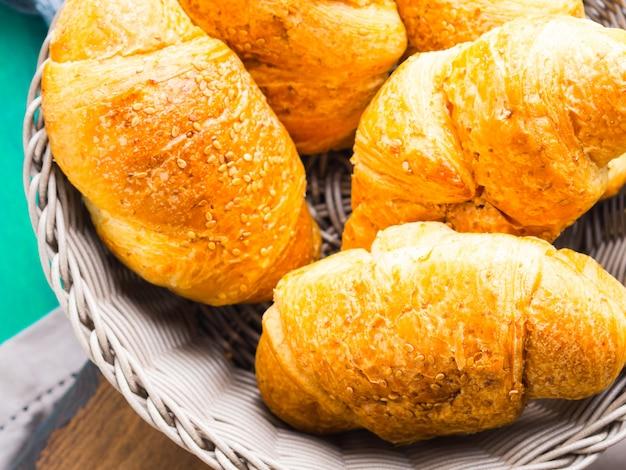 Hartige croissants met sesamzaadjes