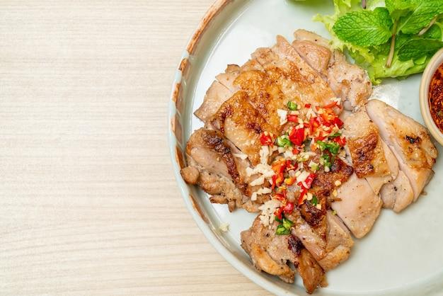 Hartige gegrilde kip met chili en knoflook op bord